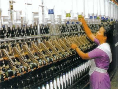 1a38e71ea7c Η βιομηχανία ενδυμάτων του Μπαγκλαντές, αξίας 19 δισ. δολαρίων, ελκύει  μερικές από τις πιο γνωστές εταιρίες στο χώρο. Ακριβώς λόγω του χαμηλού  κόστους της ...