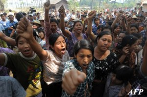 xVillagers-shout-slogans-as-they-protest-against-Suu-Kyi-and-copper-mine_s.jpg.pagespeed.ic_.spU6aV8WZb