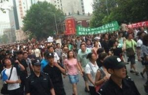 Protesters-march-to-press-for-the-relocation-of-the-Fujia-Chemical-Plant-Aug.-14-2011.-RFAs-Cantonese-service-received-this-photo-from-a-Dalian-resident.