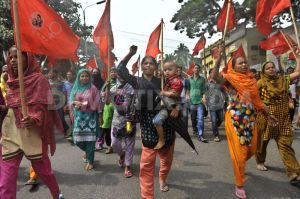 1414550988-hamim-sportsware-workers-protest-over-factory-closure-in-dhaka_6127765