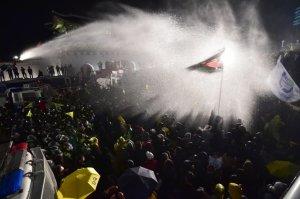 riot-police-spray-protesters-seoul