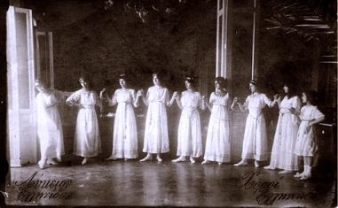 «Ευγενείς Κορασίδες» ντυμένες με χλαμύδες χορεύουν παραδοσιακούς χορούς