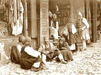 Τσάμηδες στην πλακόστρωτη αγορά της Παραμυθιάς