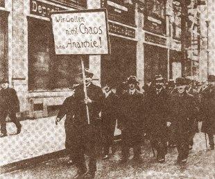 1918. Λειψία. Πορεία αντιπάλων της επανάστασης, με σύνθημα: Δεν θέλουμε χάος και αναρχία