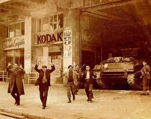 Η εκκένωσις των κομματικών γραφείων της οδού Κοραή